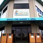 アンクルズ・フィッシュマーケット&グリルで新鮮なシーフードとハワイアンミュージックを楽しむ!