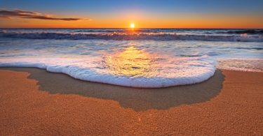ハワイの海に落ちる夕日